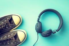 Espadrilles et écouteurs de vintage Image libre de droits