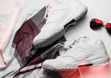 Espadrilles et accessoires de cuir blanc sur un fond blanc Photo libre de droits