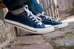 Espadrilles et blues-jean bleues d'été dans extérieur Photos stock