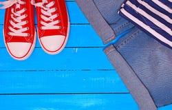 Espadrilles et blues-jean rouges Image libre de droits