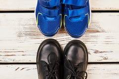Espadrilles et bottes sur le bois Photographie stock