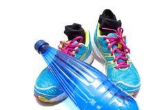 Espadrilles et bouteille d'eau Image stock