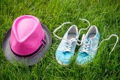 Espadrilles et chapeau sur l'herbe Photo stock