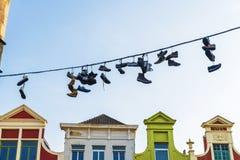 Espadrilles et chaussures accrochant sur un câble à Gand, Belgique Photo stock
