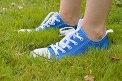 Espadrilles et herbe Photographie stock libre de droits
