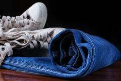 Espadrilles et jeans à la mode Photo stock