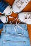 Espadrilles et jeans Photo stock