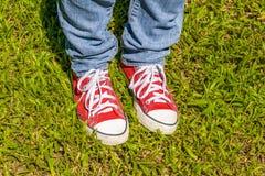 Espadrilles et jeans au parc Images stock