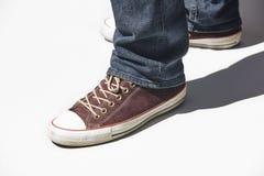 Espadrilles et jeans d'isolement sur le blanc Tenue de d?tente de la jeunesse horizontal images stock
