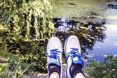 Espadrilles et lac Photos libres de droits