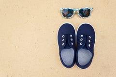 Espadrilles et lunettes de soleil bleues Vacances d'été Photo stock