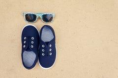 Espadrilles et lunettes de soleil bleues Vacances d'été Photographie stock