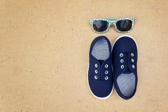 Espadrilles et lunettes de soleil bleues Vacances d'été Photos stock