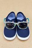 Espadrilles et lunettes de soleil bleues Vacances d'été Images stock