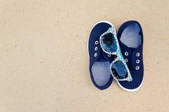 Espadrilles et lunettes de soleil bleues Vacances d'été Photos libres de droits