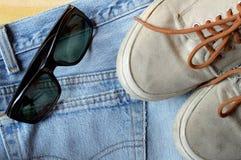 Espadrilles et lunettes de soleil de jeans Photos stock
