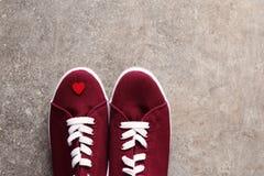 Espadrilles et peu de coeur rouge là-dessus Images libres de droits