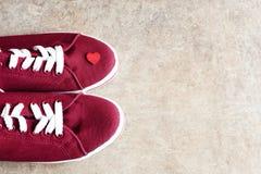Espadrilles et peu de coeur rouge là-dessus Images stock
