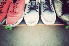 Espadrilles et planche à roulettes au skatepark Photo libre de droits