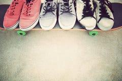 Espadrilles et planche à roulettes au skatepark Photographie stock libre de droits