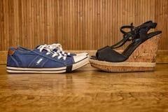 Espadrilles et sandales avec des talons hauts Photo stock