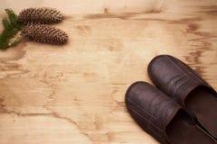 Espadrilles et une bosse sur le plancher en bois Photographie stock libre de droits