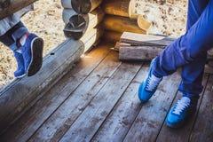Espadrilles femelles et masculines se tenant sur le plancher en bois Photographie stock