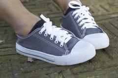 Espadrilles grises avec le mode de vie modèle Images stock