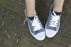 Espadrilles grises avec le mode de vie modèle Photos stock