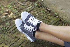 Espadrilles grises avec le mode de vie modèle Photos libres de droits