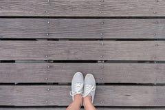Espadrilles grises de vue supérieure sur le pont, style de hippie Image libre de droits