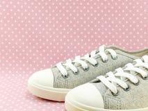 Espadrilles grises pour la dame avec le fond rose de point de polka Image libre de droits
