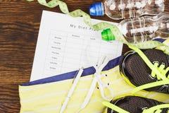 Espadrilles, habillement, bouteille de l'eau et mesure de bande Photo libre de droits