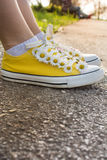 Espadrilles jaunes décorées des marguerites Images libres de droits