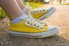 Espadrilles jaunes décorées des marguerites Photos stock