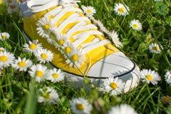Espadrilles jaunes décorées des marguerites Photographie stock libre de droits