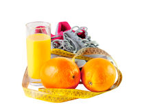 Espadrilles, jus d'orange, bande de mesure et oranges d'isolement Photographie stock
