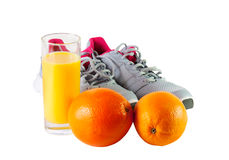 Espadrilles, jus d'orange et oranges d'isolement sur le blanc Photos stock