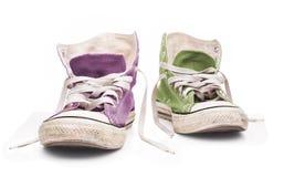 Espadrilles lilas et vertes avec les dentelles blanches Image libre de droits