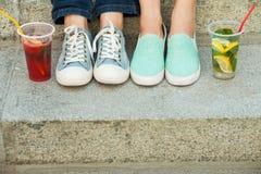 Espadrilles, mocassins et boisson froide Photographie stock libre de droits