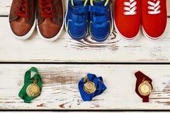 Espadrilles multicolores et médailles Image stock