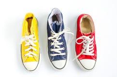 Espadrilles multicolores sur le fond blanc Photo stock