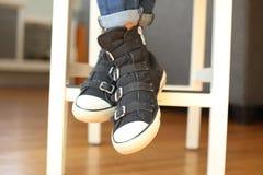 Espadrilles noires à la mode avec des pieds croisés Photographie stock libre de droits