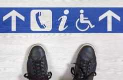 Espadrilles noires avec des directions de plancher Photos libres de droits