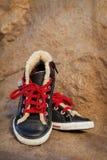 Espadrilles noires avec les dentelles rouges Image libre de droits
