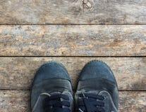 Espadrilles noires d'une vue aérienne sur les planchers en bois Photo libre de droits