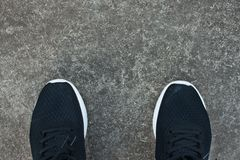 Espadrilles noires de toile sur la vue supérieure de ciment Images libres de droits
