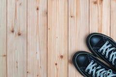 Espadrilles noires sur le fond en bois avec l'espace de copie Vue supérieure H Photos stock
