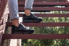 Espadrilles noires utilisées par un adolescent Image libre de droits