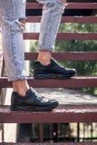 Espadrilles noires utilisées par un adolescent Images stock